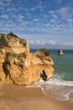Erstaunliches Meer höhlt Klippen auf sandigem Camilo-Strand im blauen Himmel aus Lizenzfreies Stockbild