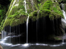Erstaunliches mosch bedeckte den Wasserfall, der wie eine Glocke geformt wurde stockbild