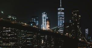 Erstaunliches Nachtbrooklyn-brücke timelapse, New York Niedriger Winkel Highrisebeleuchtungslichter und -verkehr, die vorbei über stock video