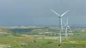 Erstaunliches Panorama der schönen Landschaft, drehende Windkraftanlagen, grüne Hügel stock footage