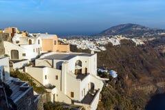 Erstaunliches Panorama zur Stadt von Fira und Prophet-Elias-Spitze, Santorini-Insel, Thira, Griechenland Lizenzfreies Stockbild