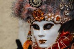 Erstaunliches Porträt mit venetianischer Maske und schöne Augen während Venedig-Karnevals Stockbild