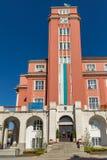 Erstaunliches rotes Gebäude von Rathaus in der Mitte von Pleven, Bulgarien Stockbild