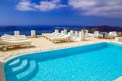 Erstaunliches Schwimmbad mit Kesselansicht in Imerovigli-Dorf, Santorini Lizenzfreies Stockfoto