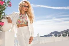 Erstaunliches sexy blondes Modell der Porträtschönheit mit dem perfekten Gesichtstragen Sonnenbrille Stockbild