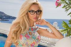 Erstaunliches sexy blondes Modell der Porträtschönheit mit dem perfekten Gesichtstragen Sonnenbrille Stockfotografie