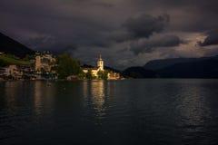 Erstaunliches Sonnenlicht, das auf einer Kirche im See Wolfgang in Salzburg, Österreich glänzt stockfoto
