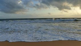 Erstaunliches Sonnenunterganglicht auf dem Sri Lanka-Strand Abdruck auf dem Sand stock video