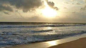 Erstaunliches Sonnenunterganglicht auf dem Sri Lanka-Strand Abdruck auf dem Sand stock video footage