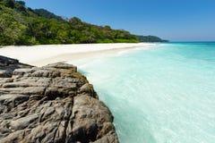 Erstaunliches Tropeninselstrandparadies voll des haarscharfen Wassers und des weißen Sandes Stockfoto