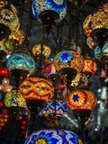 Erstaunliches und elegantes Foto von den aufwändigen und bunten türkischen Lichtern, die von der Decke hängen stockfoto