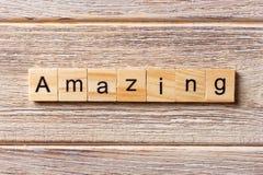 Erstaunliches Wort geschrieben auf hölzernen Block erstaunlicher Text auf Tabelle, Konzept Stockfotos