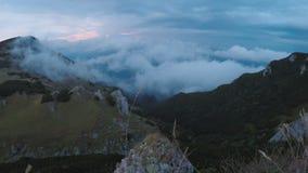 Erstaunliches Zeitspanne cloudscape mit dem mysteriösen Nebel, der über Gebirgshochlandwälder und wilde Spitzen fliegt - stock video