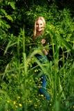 Erstaunte Blondine im Wald Lizenzfreie Stockfotografie