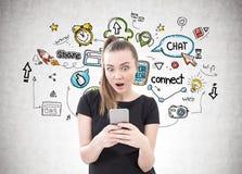 Erstaunte junge Frau, Smartphone, Social Media stockfotografie