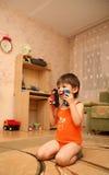 Erstaunter kleiner Junge auf dem Fußboden Lizenzfreies Stockfoto
