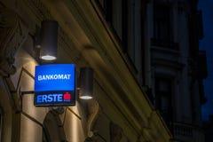 Erste银行商标在它的大会办公处的晚上贝尔格莱德,表明ATM的出现或者Bankomat的 免版税图库摄影