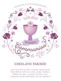 Erste die heilige Kommunions-Einladung des purpurroten Mädchens mit Messkelch und Blumen Lizenzfreies Stockbild