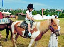 Erste Fahrt auf ein Pony Stockfoto