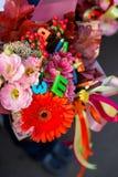 Erste Grundschulekinder mit Blumenblumenstrauß feiern ihren ersten Schultag vor gehenden Klassen lizenzfreies stockfoto