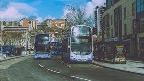Erste Gruppen-Busse im Stadtzentrum Stockbild