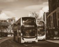 Erste Gruppen-Busse im Stadtzentrum Sepia-Ton Stockfotos
