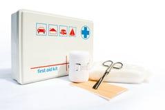 Erste-Hilfe-Ausrüstung mit Verbänden und Scheren Stockfotografie