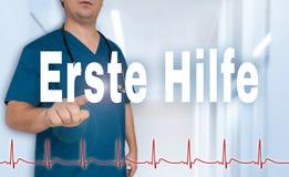 Erste Hilfe en doctor de los primeros auxilios del germn muestra en espectador con hea Foto de archivo
