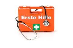 Erste Hilfe Kasten niemiec dla pierwsza pomoc zestawu z stetoskopem obraz stock