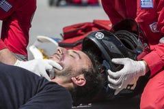 Erste Hilfe, Opferbefreiung in einem Autounfall stockfotografie