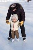 Erste Jobstepps auf der Eisbahn Stockbild