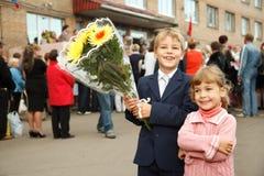 Erste Klasse, Bruder und Schwester mit Blumenstrauß Lizenzfreie Stockbilder