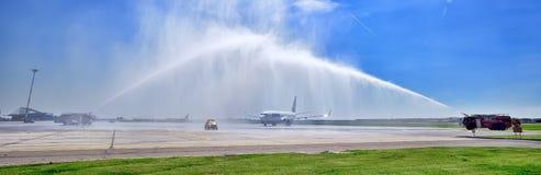 Erste Landung Tarom-Flugzeuges in Otopeni-Flughafen, Wasserstrahlen für Einweihung lizenzfreies stockbild