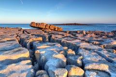Erste Leuchte des Sonnenaufgangs bei Doolin in Irland Stockfoto