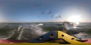 Erste Personenansicht, kitesurfers bei Sonnenaufgang schwimmen im Meer stock video footage