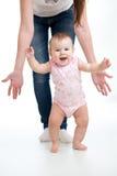 Erste Schritte des Babys Stockfotos