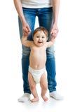 Erste Schritte des Babys Stockfoto