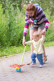 Erste Schritte des Babys mit Mutter Lizenzfreies Stockfoto