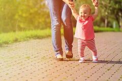 Erste Schritte des kleinen Mädchens im Sommer parken Stockfotografie