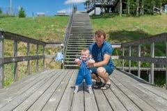 Erste Schritte des kleinen Mädchens im Sommer parken Lizenzfreie Stockbilder