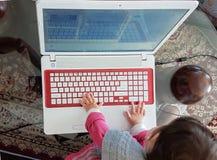 Erste Schritte des Tastaturbabylaptops rot Lizenzfreie Stockfotografie