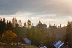 Erste Sonnenaufgangstrahlen der Sonne in den Karpatenbergen Stockbilder