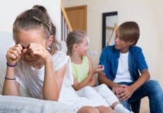 Erster Amorousness: Mädchen und Paare von Kindern auseinander lizenzfreies stockbild