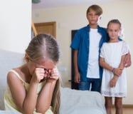 Erster Amorousness: Mädchen und Paare von Kindern auseinander lizenzfreie stockfotos