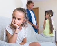 Erster Amorousness: Mädchen und Paare von Kindern auseinander lizenzfreies stockfoto