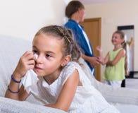 Erster Amorousness: Mädchen und Paare von Kindern auseinander stockfotografie