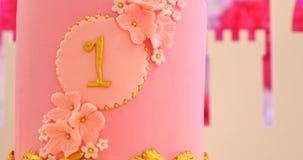 Erster Geburtstagsfeierkuchen mit Nummer Eins und Makronen stock footage