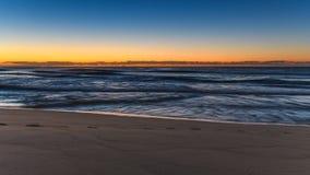Erster heller Tagesanbruch-Meerblick und Strand lizenzfreie stockfotografie