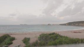 Erster Personengesichtspunktweg von der Schneise, zum von Ansicht auf den Strand zu setzen stock footage