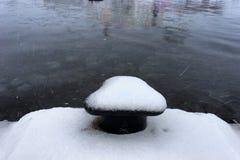 Erster Schnee auf dem Pier im Seehafen Lizenzfreie Stockbilder